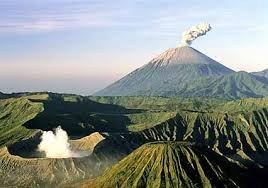 zdroj: http://kids.britannica.com/comptons/art-150359/Mount-Bromo-at-front-and-Mount-Semeru-at-back-are