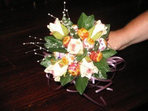 Kytice z lízátek zdroj: http://www.visionsofsilk.com/How_to_make_a_candy_bouquet.shtml