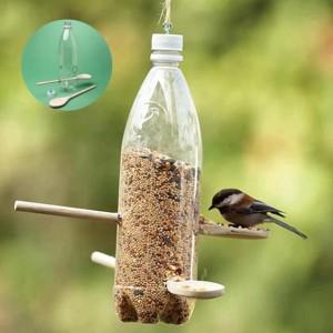 zdroj: stock.xchng by http://www.handimania.com/diy/plastic-bottle-bird-feeder.html