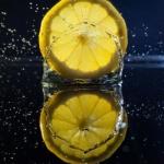 Proč byste měli pít citrónovou vodu po ránu