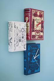 nástěnné hodiny z knih