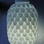 Originální svítidlo vyrobené z plastových lžiček