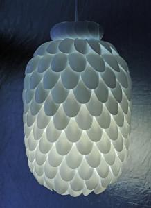 svítidlo z plastových lžiček