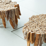 Stolek vyrobený z okoralého chleba