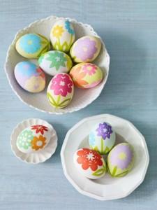 vajíčka ozdobena pomocí barevných papírů